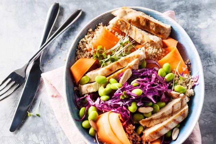 Alle kleuren van de regenboog in deze makkelijke salade met kalkoen, groenten en amandelen - Recept - Allerhande