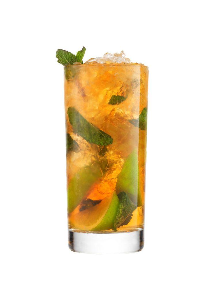 French Mojito koktél recept - Rakjuk a mentaleveleket, a barna cukrot és a limelét a pohárba. Törőfával (muddler) nyomkodjuk meg kissé a mentaleveleket.