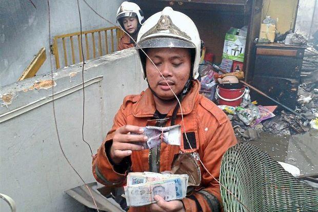 Anggota Bomba Pulangkan RM30000 Kepada Pemilik Kedai   JOHOR BARU: Bukan sahaja menjalankan tanggungjawab memadam kebakaran di sebuah kedai seorang anggota bomba Hairul Mat Nin bertindak memulangkan wang tunai sebanyak RM30000 yang ditemuinya ke pemilik premis tersebut. Hairul 33 yang bertugas di Balai Bomba dan Penyelamat Johor Baru menemui sejumlah wang tunai itu di dalam sebuah kedai dua tingkat di Jalan Tanjung Taman Penggawa Barat. Beliau antara 16 anggota bomba yang dikejarkan ke…