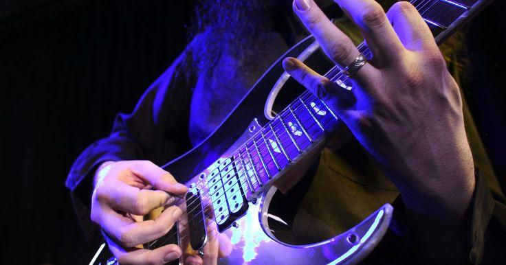 Cómo averiguar qué tipo de guitarra Jackson tengo. Las guitarras Jackson, que son notoriamente extravagantes y siempre llaman la atención, se han ganado una reputación a lo largo de las últimas décadas como la mejor opción de guitarra eléctrica para aquellos que quieren obtener el mayor provecho de su dinero. Debido a la historia de la marca Jackson y el uso de muchas de sus guitarras por bandas ...