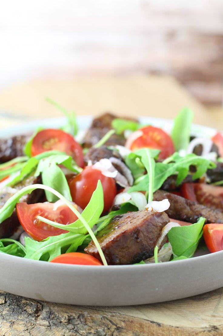 Recept voor Vietnamese biefstukpuntjes met rucola-tomaat salade.