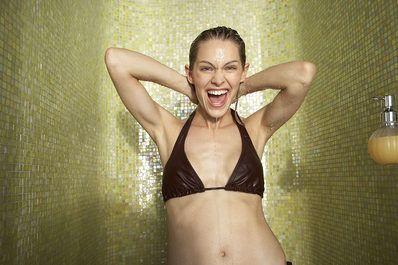 Nach dem Aufstehen zu duschen, macht glücklicher und schöner. Hier findest du die Gründe, warum du morgens unter die (kalte!) Dusche hüpfen solltest.