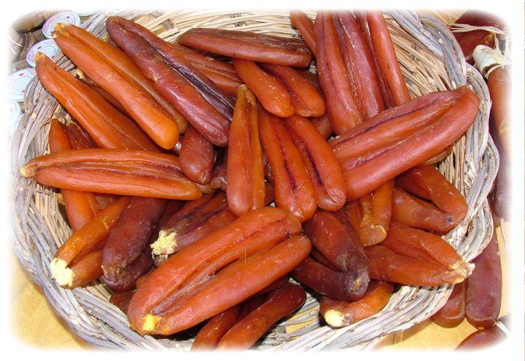 Ad agosto Cabras dedica alla bottarga di muggine una sagra che offre l'opportunità di degustarla con le molteplici portate di antipasti, primi e secondi piatti.