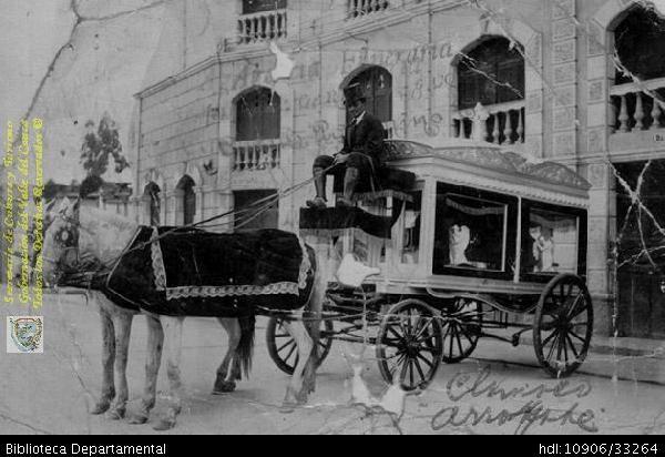 Biblioteca Departamental Jorge Garces Borrero y NENA PALOMINO. Carro funerario tirado por caballos. PALMIRA  1938: Biblioteca Departamental Jorge Garces Borrero