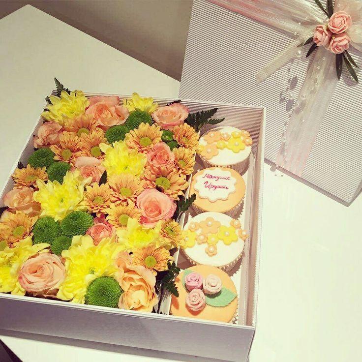 Цветы и капкейки в коробке