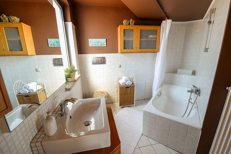 Μπάνιο σε λευκές & καφέ αποχρώσεις