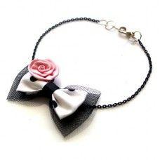 Két rétegű (fekete tüll, fehér alapon fekete pettyes pamut és rózsaszín virágos díszítésű) masnis bokalánc.