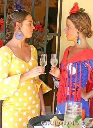 El miércoles de Feria en Jerez - Dos jóvenes brindan con fino en el día de las mujeres en la Feria. (Jerez, Spain)