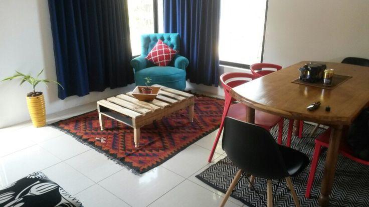 Mesa de palet y sillón turquesa