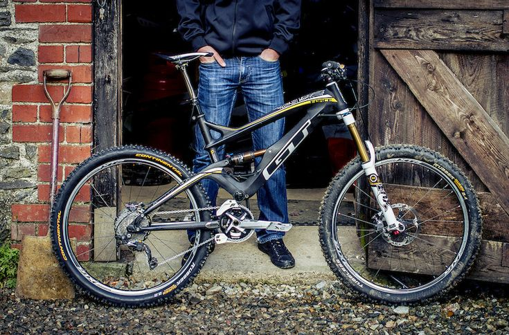 sexyrexymtb:    GT bikes get alot of hate for not being very attractive but I severely beg to differ…  How can you not like Dan Athertons GT Force Carbon.  Of course hes pro and hes going to have the best build.  This one has full XTR component group.  That includes wheels, drivetrain and brakes!  Fox Suspension front and rear and Fox's new dropper post the DOSS (Drop on steep stuff).  For all the haters of GT out their Dan has been doing incredible on this bike!