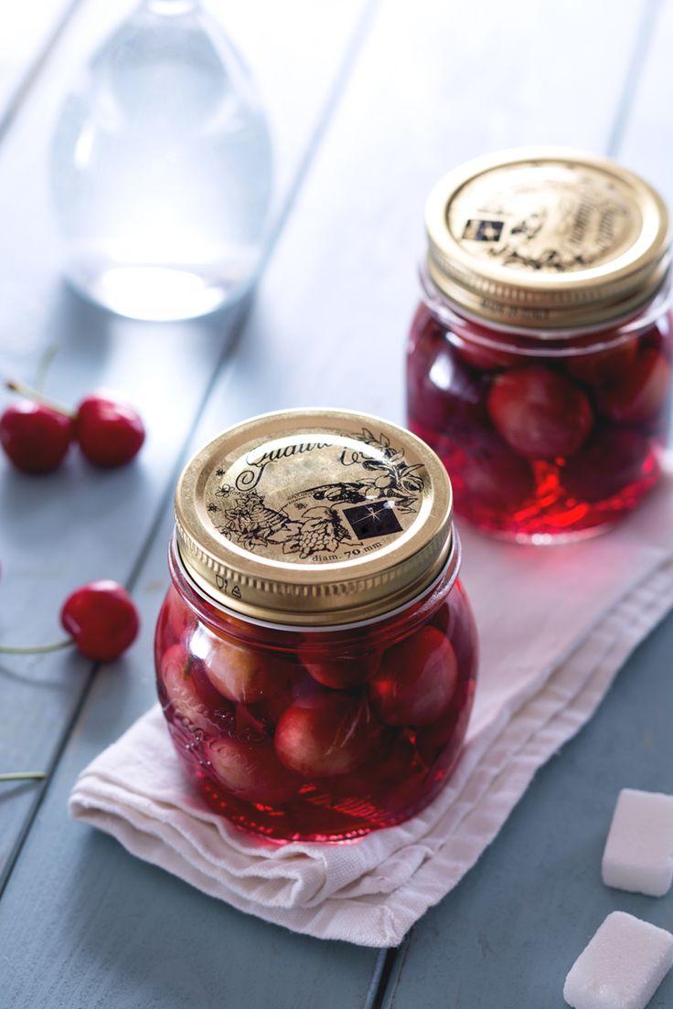 Le ciliegie maturano in fretta ed è un peccato sprecarle... ecco un modo per conservarle e gustarle nei momenti di condivisione: ciliegie sotto grappa! (Cherries in Italian grappa)