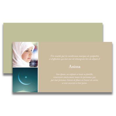 Carte de deuil musulman pour remercier après un décès. Ce remerciement de décès vous permettra de mettre la photo de la personne défunte accompagnée d'une photo d'un croissant de lumière qui l'accompagnera vers l'éternel. Tous nos remerciements de deuil sont livrés avec des enveloppes assorties.