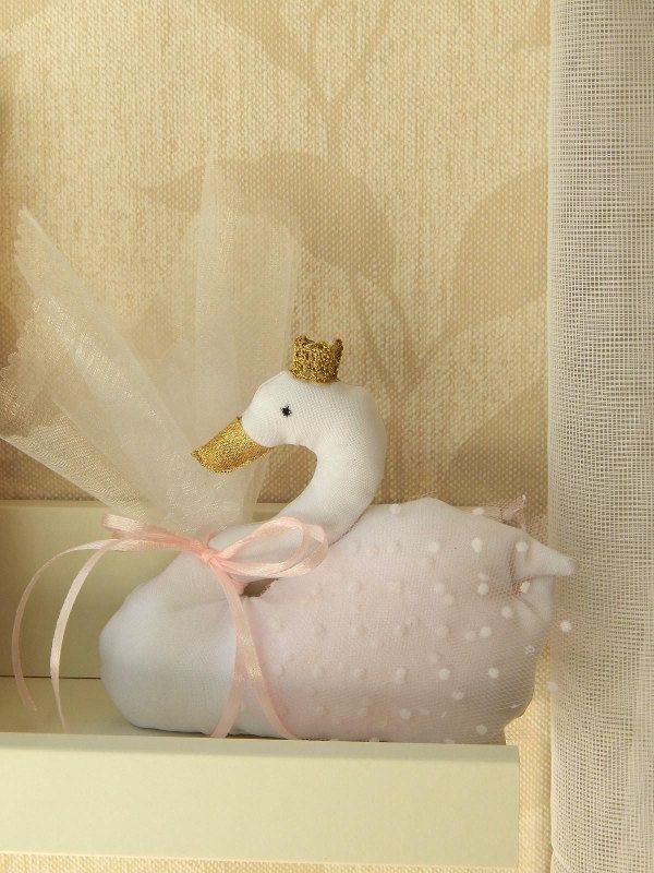 Μπομπονιέρα Βάπτισης - Κύκνος / Swan με χρυσή κορόνα και ράμφος #swan #plush #pillow #handmade #baptism #favors #bomboniere #mpomponieres #μπομπονιέρα #κύκνος #κυκνάκι #κορόνα #χειροποίητο