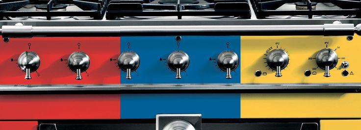 La cucina a libera installazione nella sua versione più tradizionale si rinnova e attualizza col colore. A stemperare la freddezza dell'elettrodomestico, le tinte accese della contemporaneità.