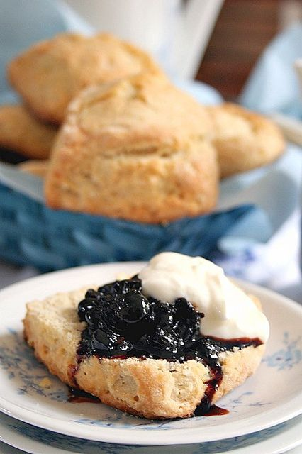 ScOnes by Le Petrin, via Flickr Scones fondants et confiture de cassis