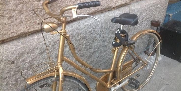 Quanto siamo trendy e posh sul Naviglio Grande? You are gold...posh bicycle in Naviglio