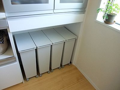 引っ越して半年以上経って、ようやく着地点が見つかったキッチンのゴミ箱問題。一度買ったらなかなか買い替えられないのがゴミ箱、と思いませんか?新居で実際に生活してみないと必要十分条件がわからないなあと思ったので、当初は古いゴミ箱とダンボール箱で
