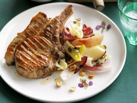 Gegrillte Koteletts mit Chicorée-Pfirsich-Salat ist ein Rezept mit frischen Zutaten aus der Kategorie Schwein. Probieren Sie dieses und weitere Rezepte von EAT SMARTER!