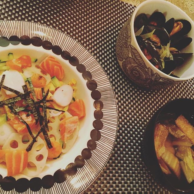saika782573またひな祭りから1日遅れで、ちらし寿司。笑 ハマグリないし、アサリはとっても高いから、ムール貝のワイン蒸しで。似てるけどまったく別物と再確認!! #オランダ生活#海外生活#オランダ#アーネム#netherlands #holland #arnhem #japanesefood #yummy#日本食#おうちごはん#オランダでご飯 #マリメッコ #食器 #北欧 #ちらし寿司