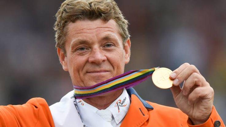 Dubbeldam vlagdrager tijdens openingsceremonie - Olympische Spelen 2016 | NOS
