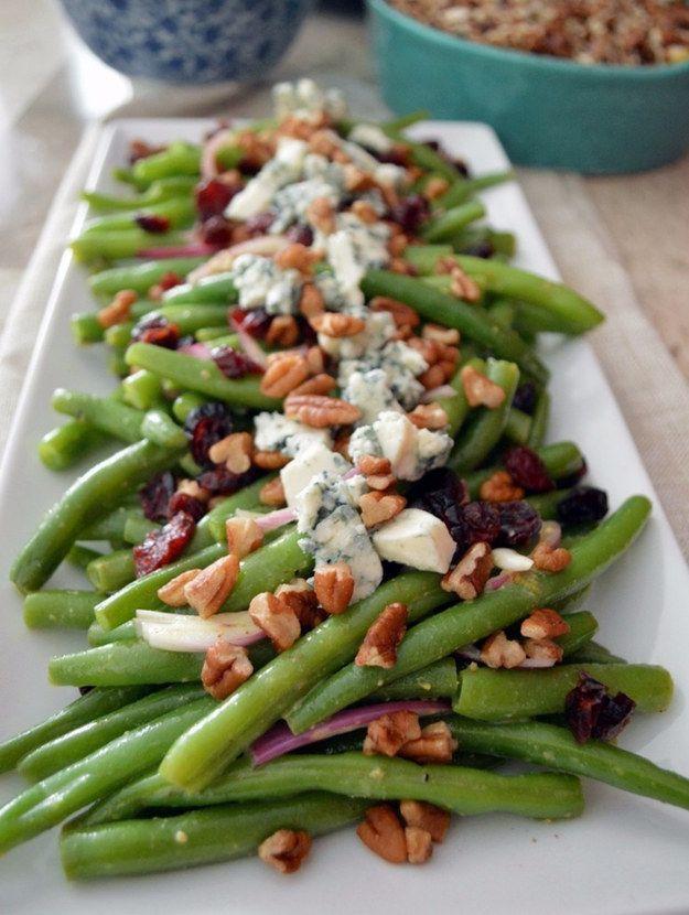Una deliciosa ensalada de ejotes, arándanos, nuez y queso azul.   13 Cenas rápidas y deliciosas para los que les da flojera cocinar
