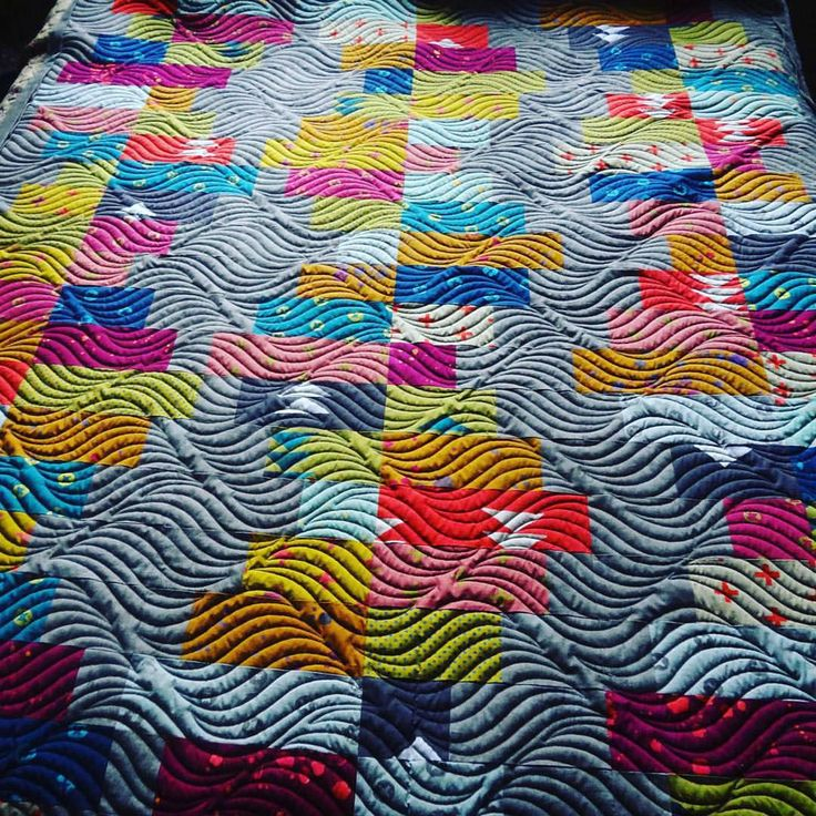 "This quilting is AMAZING! apqsquilting ・・・ We can't get enough of this modern throw quilted by Charlotte! She used a 15"" paper pantograph pattern called ""Time Warp"" from Digi-Tech Designs.  Kind of looks like waves."
