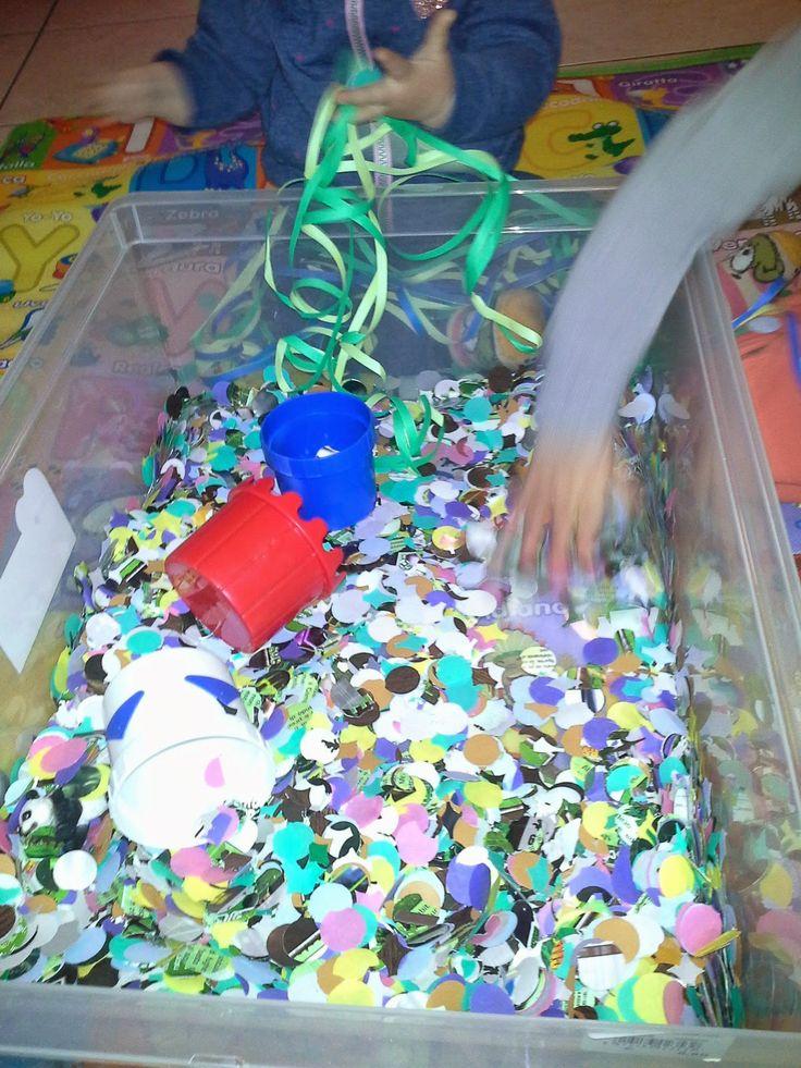 Vasca sensoriale a tema carnevale - Carnival themed sensory box #sensorybox #carnival