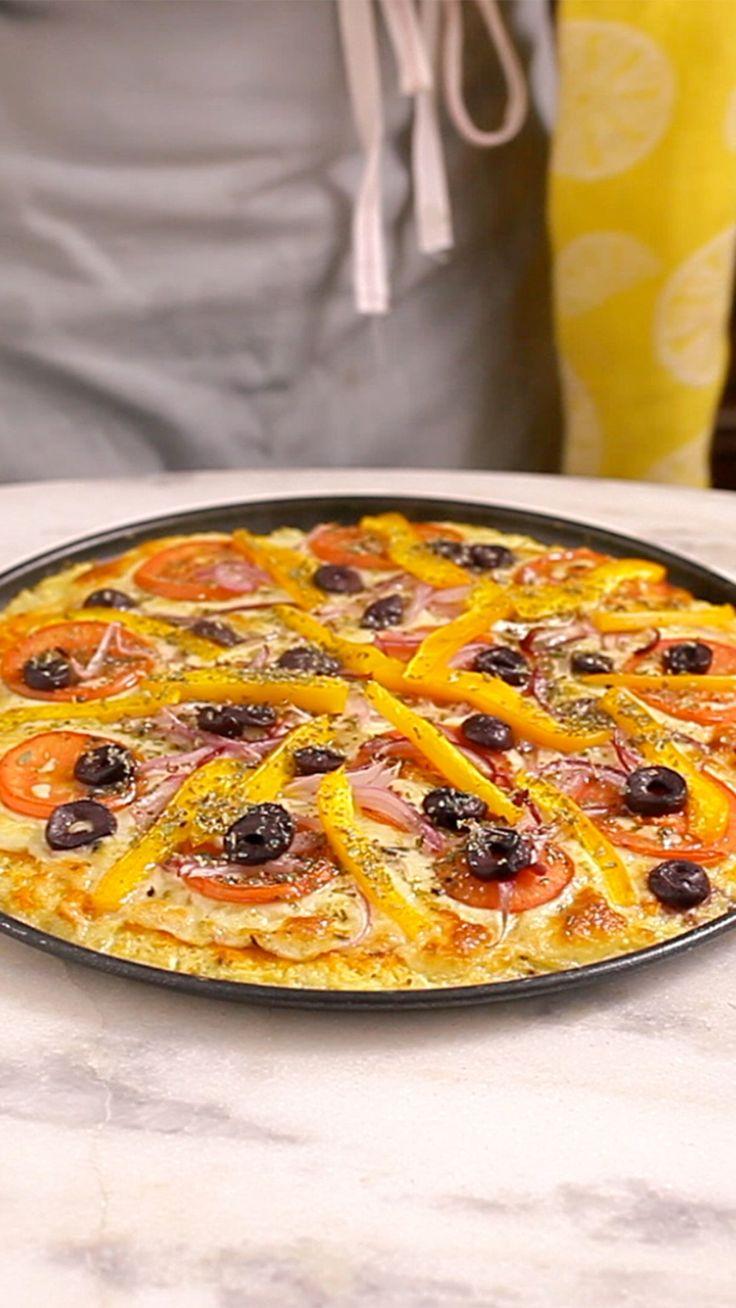 Que tal fazer essa incrível pizza com massa de couve-flor? Ela é super leve, fácil, crocante e o melhor de tudo é que não tem glúten.