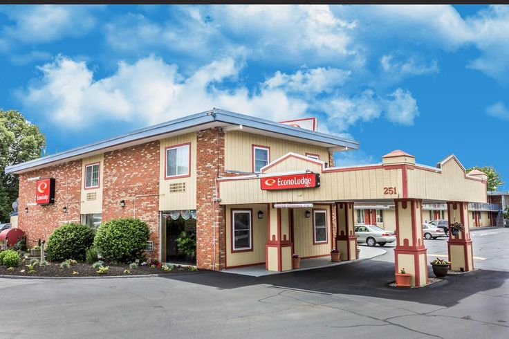 $52.49 Featuring an outdoor pool, this hotel in Connecticut is a 10-minute walk from Mystic Aquarium.