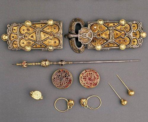 ♡ Merovingian Queen Arnegunde's burial jewelry ... her grave finds and interpretation of burial at the National Archaeological Museum in Saint Germain-en-Laye ... http://www.medievalhistories.com/merovingian-queens/