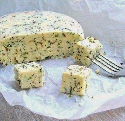 Домашний сыр с зеленью и тмином