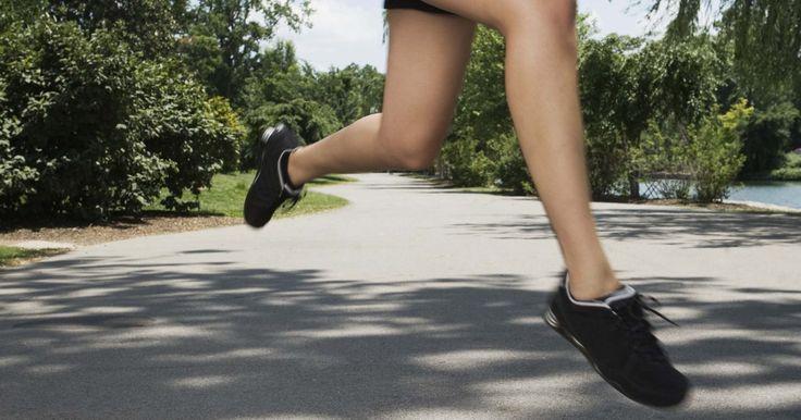¿Correr con papel film envuelto alrededor del estómago acelera la pérdida de peso?. Hacer ejercicio con una envoltura de plástico o película envuelta alrededor de tu cuerpo no es una estrategia común de pérdida de peso, pero es un mito de pérdida de peso que puedes haber oído de un amigo o pariente. El concepto de un atajo para acelerar tus objetivos de pérdida de peso es ciertamente tentador, pero en la mayoría de los casos, ...