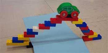 proposer des défis ! faire un pont avec le matériel que l'on a autour de nous...