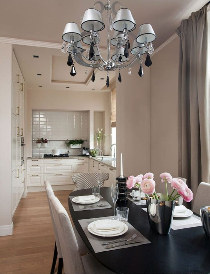 Кухня-столовая без верхних шкафов со шкафами-колоннами