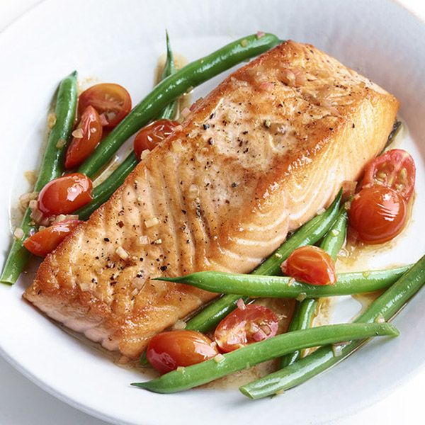 SAUTÉED SALMON WITH GREEN BEANS, TOMATOES, AND SHERRY VINAIGRETTE | GFF Magazine @gffmagazine