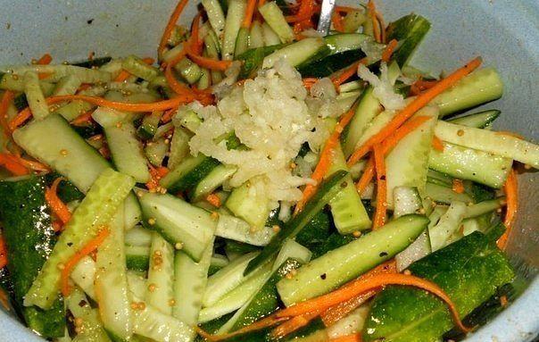 Огурчики по-корейски - вкуснятина! Ингредиенты: ●4 кг огурцов ●1 кг морковки ●1 стакан сахара ●1 стакан уксуса ●1 стакан растительного масла ●100 гр. соли ●2 столовые ложки чеснока, пропущеного через чеснокодавку ●1 столовая ложка красного молотого перца. Приготовление: 1. Морковь очищаем и трем на крупной терке, 2. огурчики моем, обрезаем кончики и режем на 4 части, а потом еще на 2 части (получается 8 кусочков с одного огурца), 3.смешиваем порезаные огурцы и потертую морковку. 4. добавляем…