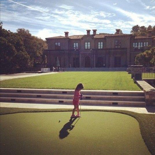 Quintal, que nada! O legal é ter um campo de golfe no gramado de casa
