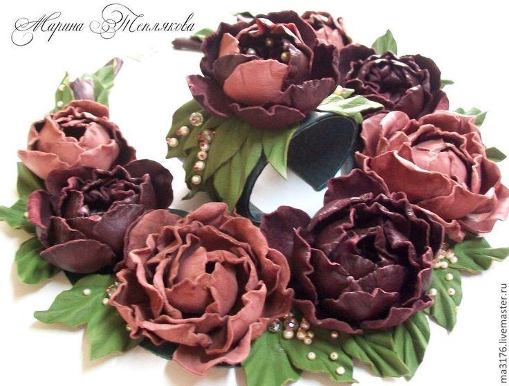 Купить или заказать Кожаный комплект 'Розовый вальс' Цветы из кожи. в интернет-магазине на Ярмарке Мастеров. Словно в вальсе закружились прекрасные розы. . Как росинки на листочках поблескивают кристаллы сваровски. Хрустальный жемчуг словно мелкая гипсофила украшает букет из роз. Колье красиво ложится вокруг шеи. Дополнение к колье идет браслет с одним цветочком и вышитыми листочками. Основа металлическая,длиной 16 см и ш…