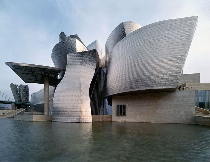 Guggenheim Museum, Bilbao, Frank Gehry, ha sido reconocido por sus innovadores materiales y peculiares formas irregulares, volumétricas, descompensadas y expresivas, con un resultado brillante y original