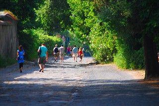 イタリア アッピア街道を歩く人々