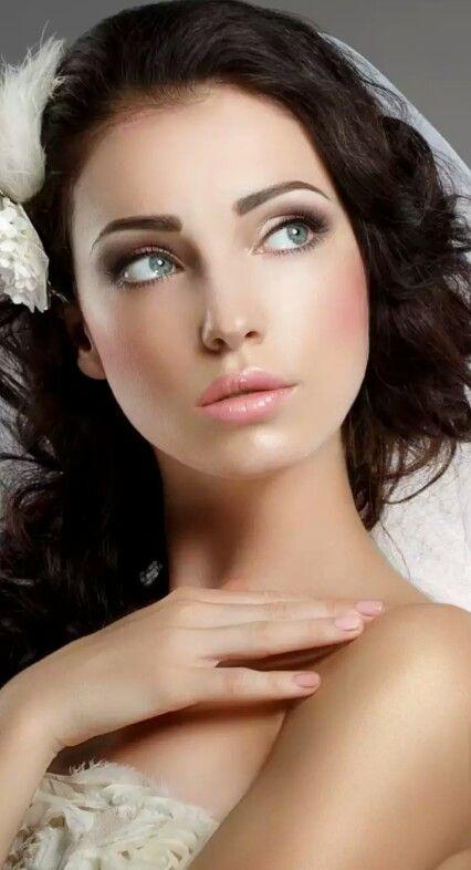 Braut Make-up sucht nach blauen Augen