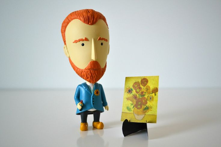 The Vincent Van Gogh action figure comes with: 2 removable ears (Van Gogh cut his left ear) 1 bandaged ear  1 paintbrush 5 masterpieces and 1 cardboard easel  1
