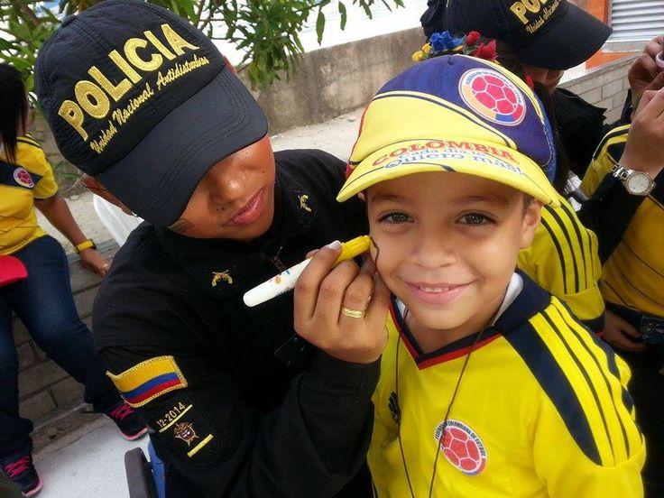 Los niños son los más felices, con la compañía de nuestras mujeres del ESMAD. #Niñez #Alegría #Felicidad