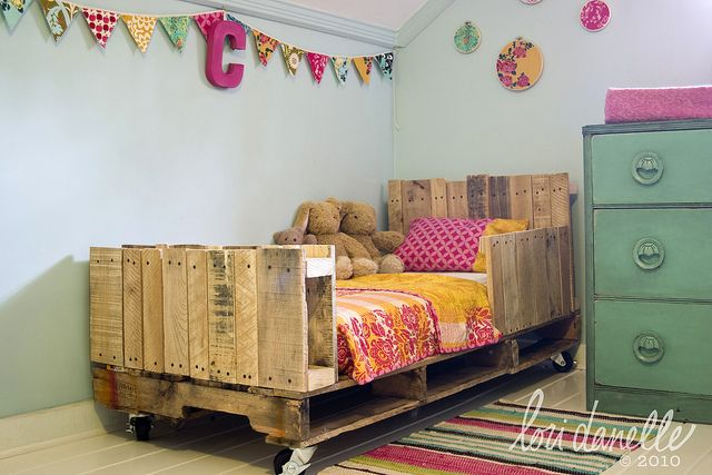 What!?! Pallets transformed into this girlie bed...cute idea!  Tutorial for the bunting, hanging over the bed.