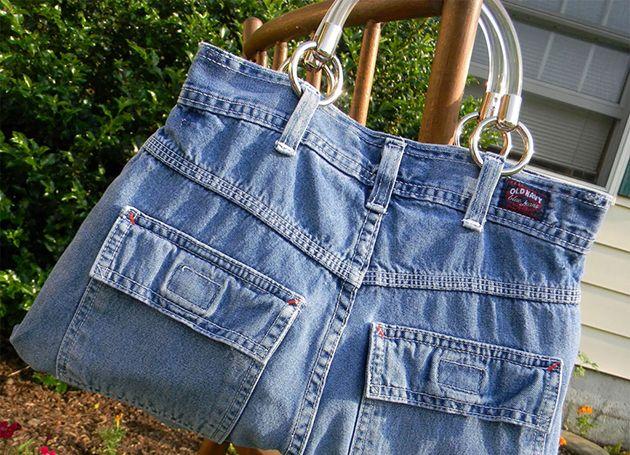 Que tal transformar uma calça jeans em uma linda bolsa? Veja aqui como fazer uma bolsa usando um jeans velho. As suas amigas vão se apaixonar por esta ideia! BOLSA JEANS: Veja como fazer e modelos estilosos As bolsas jeans são ultra versáteis e podem ser feitas a partir de uma calça que está encostada aí em seu guarda-roupa. O jeans tem a vantagem de ser bem resistente mesmo quando está surrado, então, não tenha medo de arriscar e transformar aquela sua peça velhinha em uma bolsa jeans! Vem…