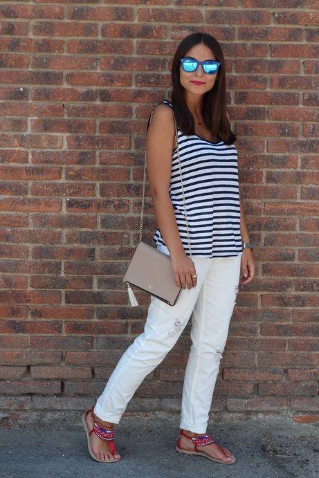 pantalones blancos y camiseta rayada