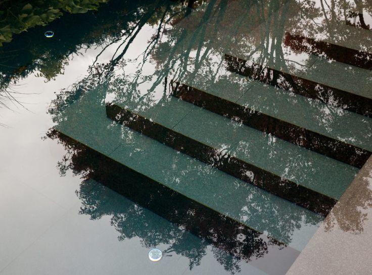 Natursteintreppe in den Gartenpool