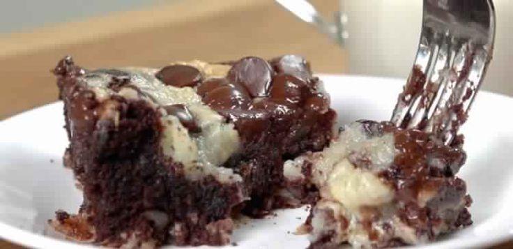 On l'a appelé gâteau «tremblement de terre» à cause des ingrédients qui bougent pendant et après la cuisson: Un mélange de fromage à la crème coulante dans le gâteau, une partie de noix de...