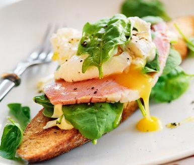Skinka på toast med spenat, pocherat ägg och senapsdressing