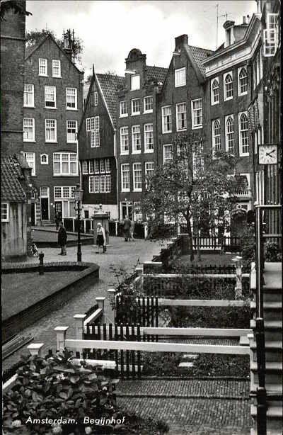 """Begijnhof Amsterdam. """"Dan gaan we hier dit poortje door."""" zei mijn Opa met wie ik vaak door Amsterdam wandelde. Stomverbaasd stond ik daar als jochie van zeven plotseling in die oase van rust midden in de jachtige stad."""